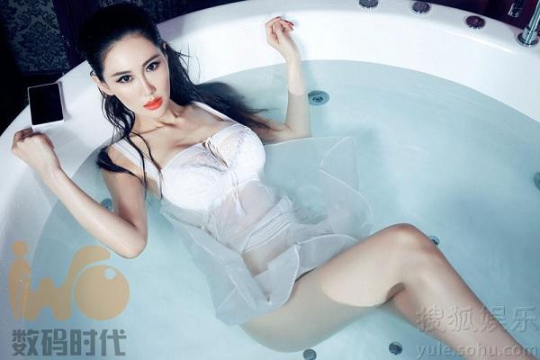 gadis cina cantik seksi bergaya di kamar mandi playtoko